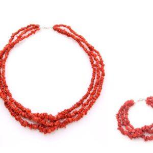 Set tronchetti in corallo rosso del Mediterraneo composto da collana e bracciale a 3 fili, montati in argento bianco 925 ma disponibili anche in argento dorato 925.