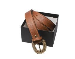 Cintura donna in pelle color cuoio con fibbia in metallo martellato color oro